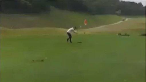影/黑道拿鐵杆破壞高爾夫球場 網吐槽:是在打地鼠吧 圖/翻攝自爆料公社