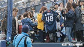 ▲韓國球迷拿王維中球衣幫他打氣。(圖/記者蕭保祥攝)
