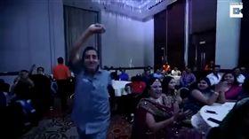 印度一名旅遊業者潘迪(Vishnu Pandey)得獎太開心猝死。(圖/翻攝YouTube)