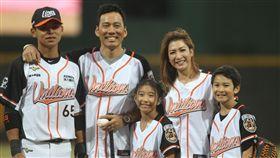 艾力克斯、李詠嫻和兒子Ryder跟女兒Makayla一同為統一獅開球。(圖/統一獅提供)
