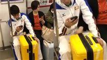 日本地鐵奇景!他目擊媽放兒子褲檔猛搓(圖/翻攝自爆料公社3.0 YouTube)