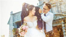 新人拍攝婚紗照,背後心酸誰人知。(圖/翻攝爆廢公社)