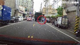 新竹,爆料公社,貨車,機車騎士,自摔,影片,行車記錄器(圖/翻攝畫面)