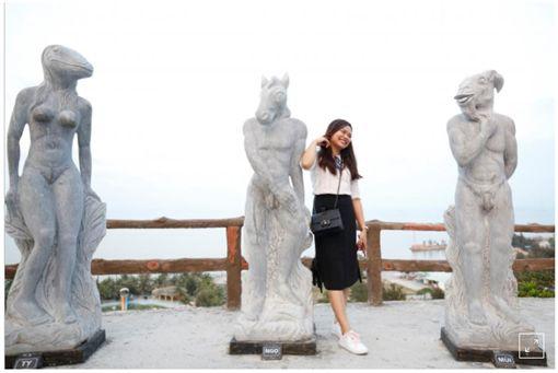 越南一處景點放置裸露生殖器官雕像,穿上泳裝後反吸更多遊客拍照。(圖/翻攝Daily Mail)
