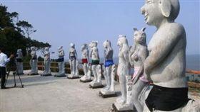 越南一處景點放置裸露生殖器官雕像,穿上泳裝後反吸更多遊客拍照。(圖/翻攝Vn Express)