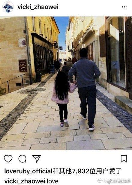 ▲趙薇日前秀出老公牽著女兒在法國度假的照片。(圖/翻攝微博)