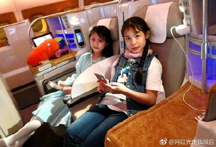 ▲趙薇派出的私人專機接送大陸女童星周漾玥、王紫驕。(圖/翻攝自微博)