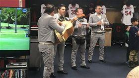 ▲阿隆索與墨西哥流浪band。(圖/取自網站)