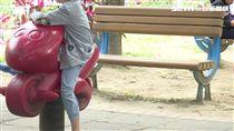 公園椅縫隙太大! 3歲童滑落摔破頭