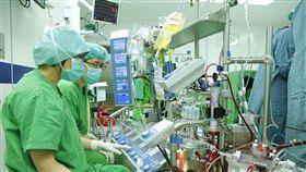 體外循環師 撐起心臟手術一片天(1)在心臟手術中操縱人工心肺機的體循師,就像是心臟外科的第二隻手、第二雙眼,隨時緊盯患者的身體狀況,面臨緊急狀況時也會要求醫師停下手術,重新建立血液循環。(北榮提供)中央社記者張茗喧傳真  107年4月8日