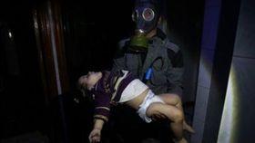敘利亞城鎮杜馬(Douma)驚傳遭政府軍化武攻擊,至少70名平民慘死(圖/翻攝自推特)