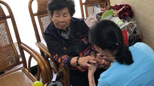 戴資穎細心幫奶奶修剪指甲(圖/取自戴資穎臉書)
