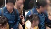 大叔硬要和孫女擠一個座位,引起旁邊被推擠的乘客不滿。(圖/翻攝梨視頻)