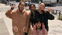 小S(徐熙娣)跟3個女兒。(翻攝自微博)