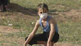 以巴衝突,9歲男童戴「洋蔥防毒面罩」爆紅_推特 https://twitter.com/MuhammadSmiry