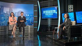 總統蔡英文接受年代《新聞面對面》節目專訪。(圖/總統府提供)