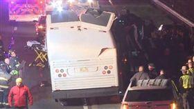 美國巴士撞橋_dailystar https://www.dailystar.co.uk/news/world-news/694646/bus-crash-US-new-york-long-island-children-injured