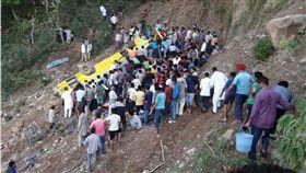 校車墜落山谷。圖翻攝《印度時報》