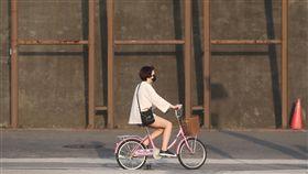 台北氣溫回升(1)中央氣象局預報員顏增璽表示,9日各地氣溫明顯回升,一直到13日都是晴朗穩定的好天氣,但要留意日夜溫差。台北地區午後陽光宜人,民眾戶外騎乘自行車享受好天氣。中央社記者吳家昇攝 107年4月9日