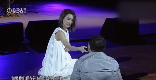 粉絲超走音接唱 生戴佩妮驚呆表情包(圖/翻攝自 咪咕官方频道 YouTube)