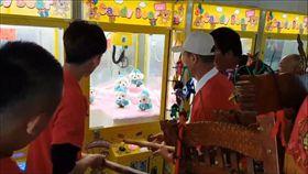 三太子也玩夾娃娃(圖/翻攝自黑色豪門-廟會陣頭資訊區臉書)