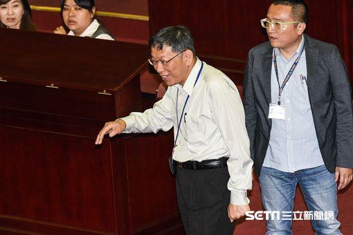 台北市長柯文哲出席市議會施政報告總質詢,遭到國民黨議員抗議。 圖/記者林敬旻攝