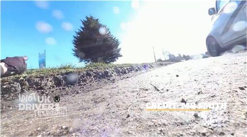 影/拖板車高速追撞自行車 網痛批:根本謀殺! 圖/翻攝臉書