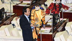 台北市長柯文哲出席市議會施政報告總質詢,民進黨市議員王世堅送上滿清黃袍。 圖/記者林敬旻攝