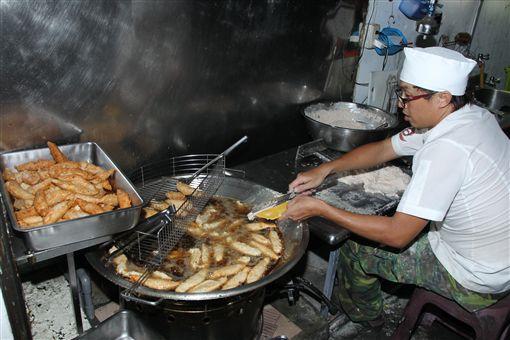 老闆吳坤道每天親自手工一條一條切出棒狀份量十足新鮮旗魚黑輪。(記者邱榮吉/攝影)