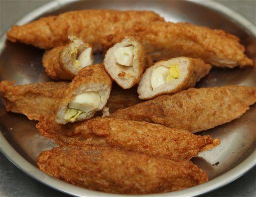 旗魚黑輪一口咬下後旗魚與蛋的香酥口感是絕配組合。(記者邱榮吉/攝影)