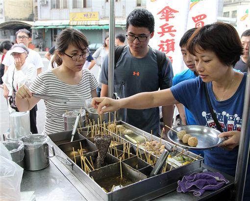 琳瑯滿目的關東煮也是必吃的人氣美食。(記者邱榮吉/攝影)