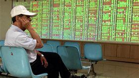16:9 台股重挫百點(1)受到美股3大指數收盤全面重挫,拖累28日台股早盤開低走低,大跌逾百點。中央社記者董俊志攝  107年3月28日