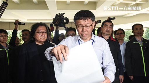 台北市長柯文哲接受護樹團體陳情大巨蛋。 圖/記者林敬旻攝
