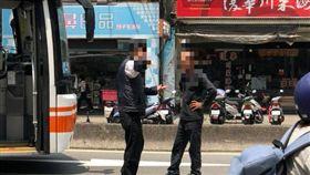 圖說:北市,萬華,公車,司機,擋車,交通(圖/翻攝自爆料公社)
