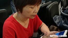 邱女士接受左眼眼內抗血管新生因子抑制劑注射手術治療,因黃斑部病變產生的眼前黑影逐漸縮小,物體扭曲的情況也改善了。(圖/記者楊晴雯攝)
