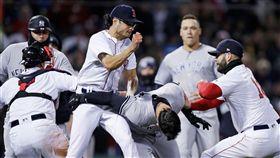▲洋基Tyler Austin和紅襪Joe Kelly衝突。(圖/美聯社/達志影像)