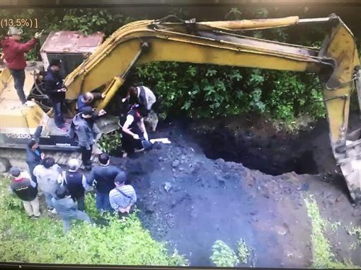 建東礦業砂石場遭人檢舉疑似傾倒有毒廢棄物,專案小組3月31日派出全花蓮唯一一輛大型鑽探車至現場開挖。(花蓮縣政府環保局提供)