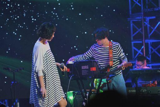 ▲▼在成都的演唱會上魏如萱也是寬鬆打扮登場。(圖/翻攝自臉書)