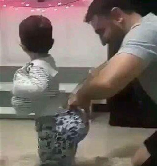 老公帶小孩。影片來源:爆笑公社