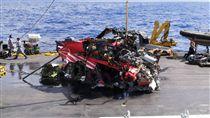 失事黑鷹殘骸打撈 僅剩中段機身空勤總隊一架黑鷹直升機2月執勤時失事墜海,12日下午已打撈起部分殘骸,飛安會證實內有兩遺體,直升機只剩不成形的中段機身,黑盒子也在殘骸內。(飛安會提供)中央社記者汪淑芬傳真 107年4月12日