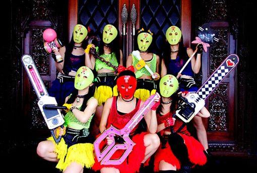 ▲「假面女子」於2011年在秋葉原發跡,表演時會戴上面具。(圖/翻攝自推特)