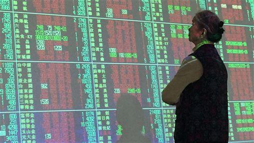 台股開盤大漲百點(1)美股在美中貿易戰疑慮降溫下,大漲669點,27日台股也在國際股市氣氛轉趨樂觀下,開盤大漲百點。中央社記者董俊志攝 107年3月27日