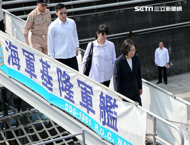 總統蔡英文今天(13日)赴蘇澳海軍基地,登艦出海視導國軍操演。(記者邱榮吉/蘇澳拍攝)