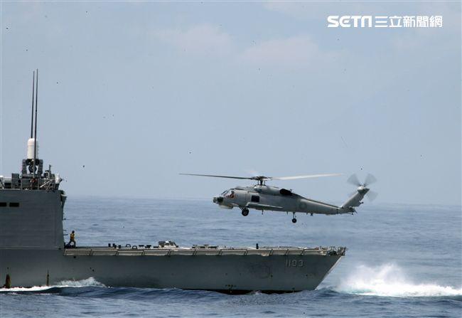 S70C反潛直升機實施艦上起飛。(記者邱榮吉/蘇澳拍攝)