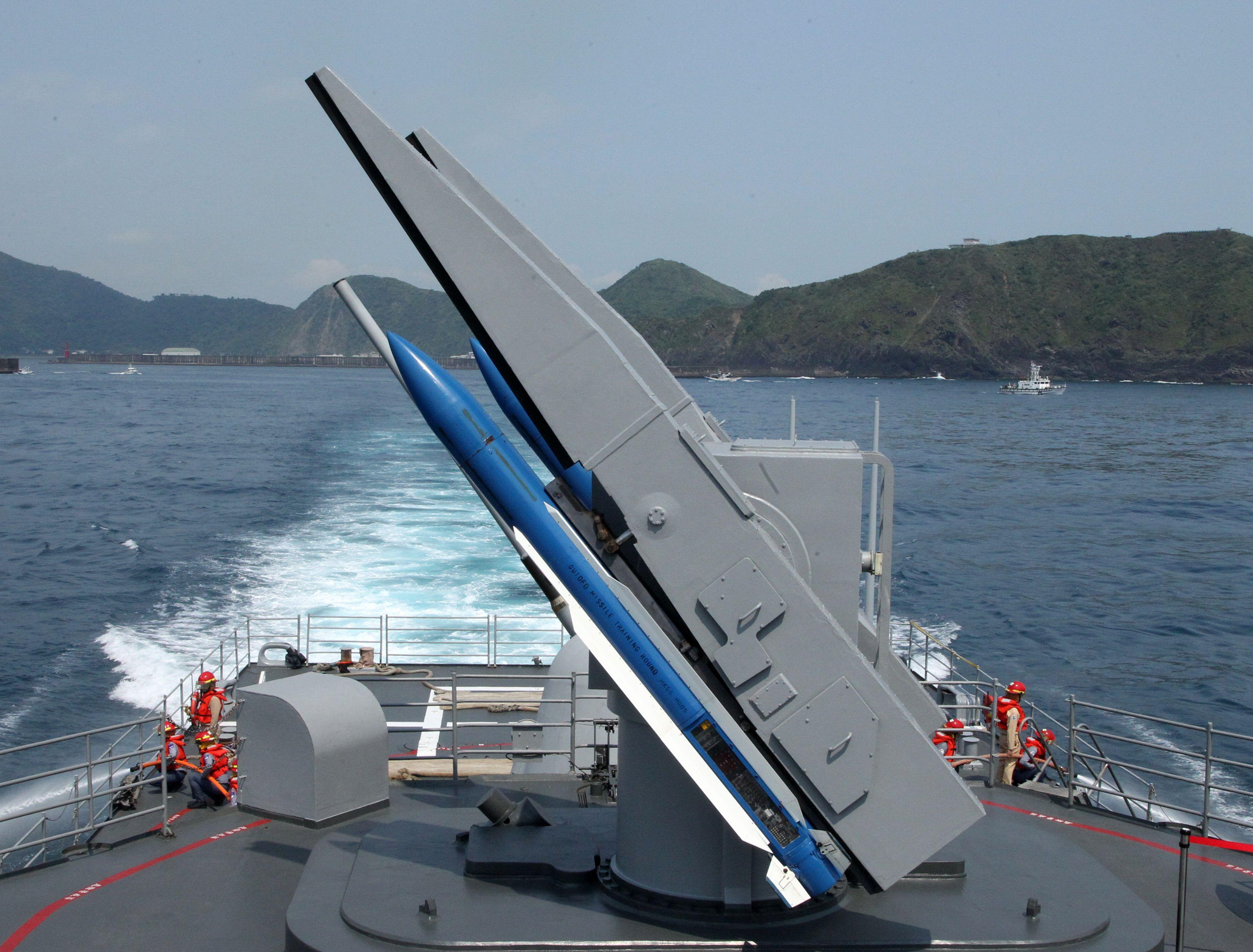 主戰艦實施標二防空飛彈攻擊。(記者邱榮吉/蘇澳拍攝)