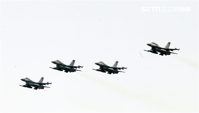 F16戰機8架次對敵船施放火焰彈模擬實施魚叉飛彈攻擊。(記者邱榮吉/蘇澳拍攝)