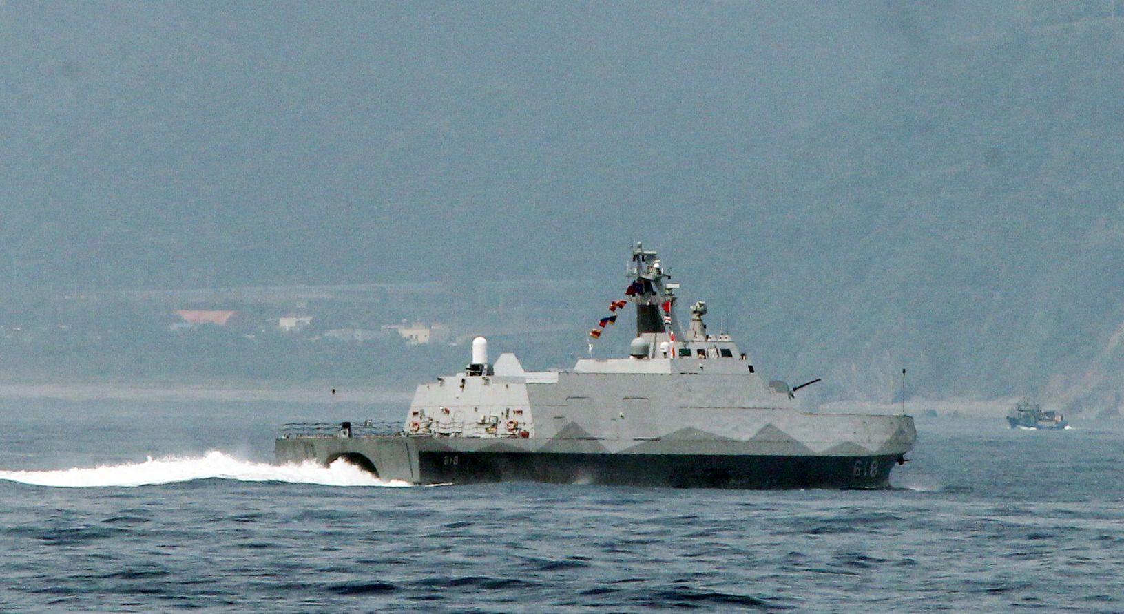 沱江艦對敵船實施飽和攻擊。(記者邱榮吉/蘇澳拍攝)