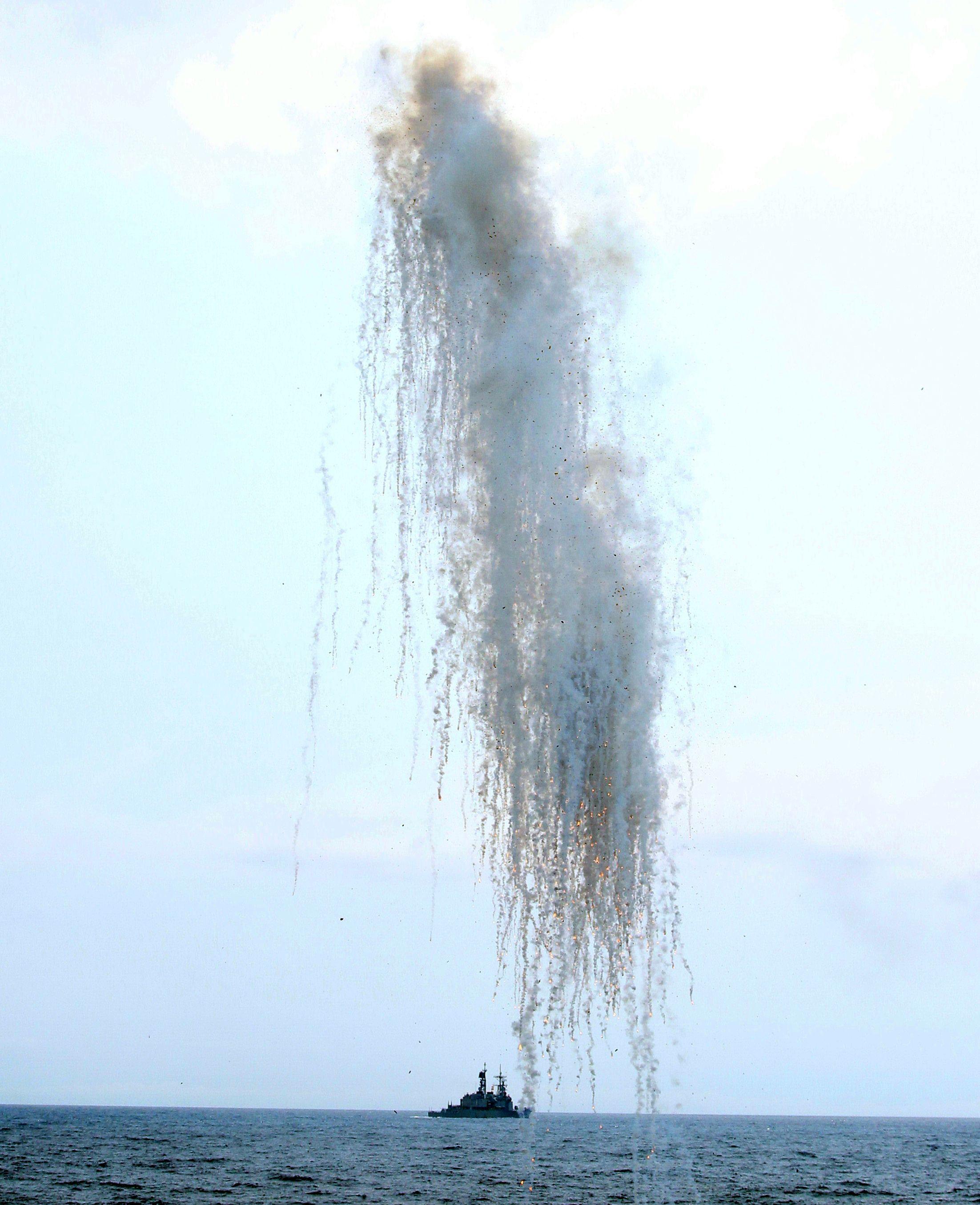 各級艦對敵施放干擾彈模擬。(記者邱榮吉/蘇澳拍攝)