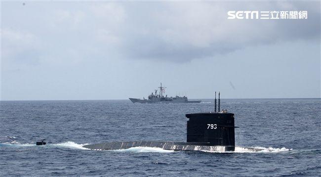 海龍潛艦對敵艦實施潛射魚叉飛彈攻擊後浮出水面。(記者邱榮吉/蘇澳拍攝)