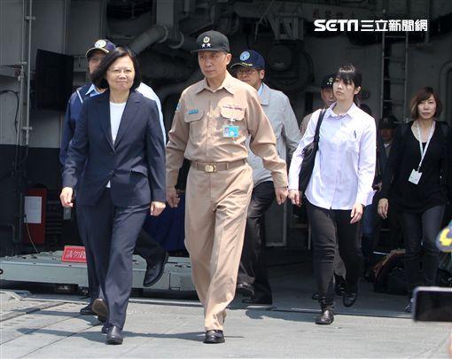 總統蔡英文(13日)赴蘇澳海軍基地,登艦出海視導國軍操演。(記者邱榮吉/蘇澳拍攝)